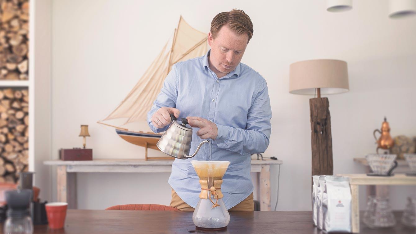 Martyn die filterkoffie maakt in Chemex